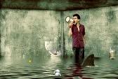 17447278-hombres-esta-pidiendo-ayuda-a-gritos-con-megafono-mientras-que-las-inundaciones-bano